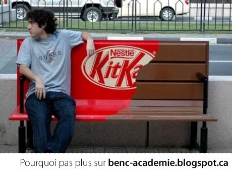 banc de parc déguisé en emballage de KitKat