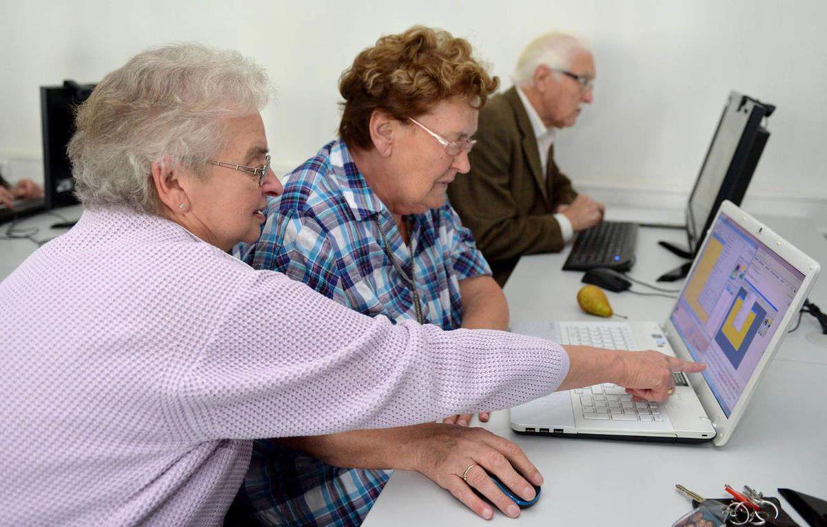 Personnes âgées devant un ordinateur