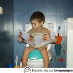 Lire le journal aux toilettes, un classique!