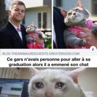 Ce gars n'avais personne pour sa graduation alors il a invité sa chatte