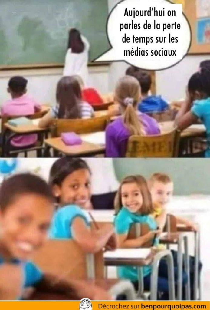 Une classe d'enfants se retourne pour regarder derrière