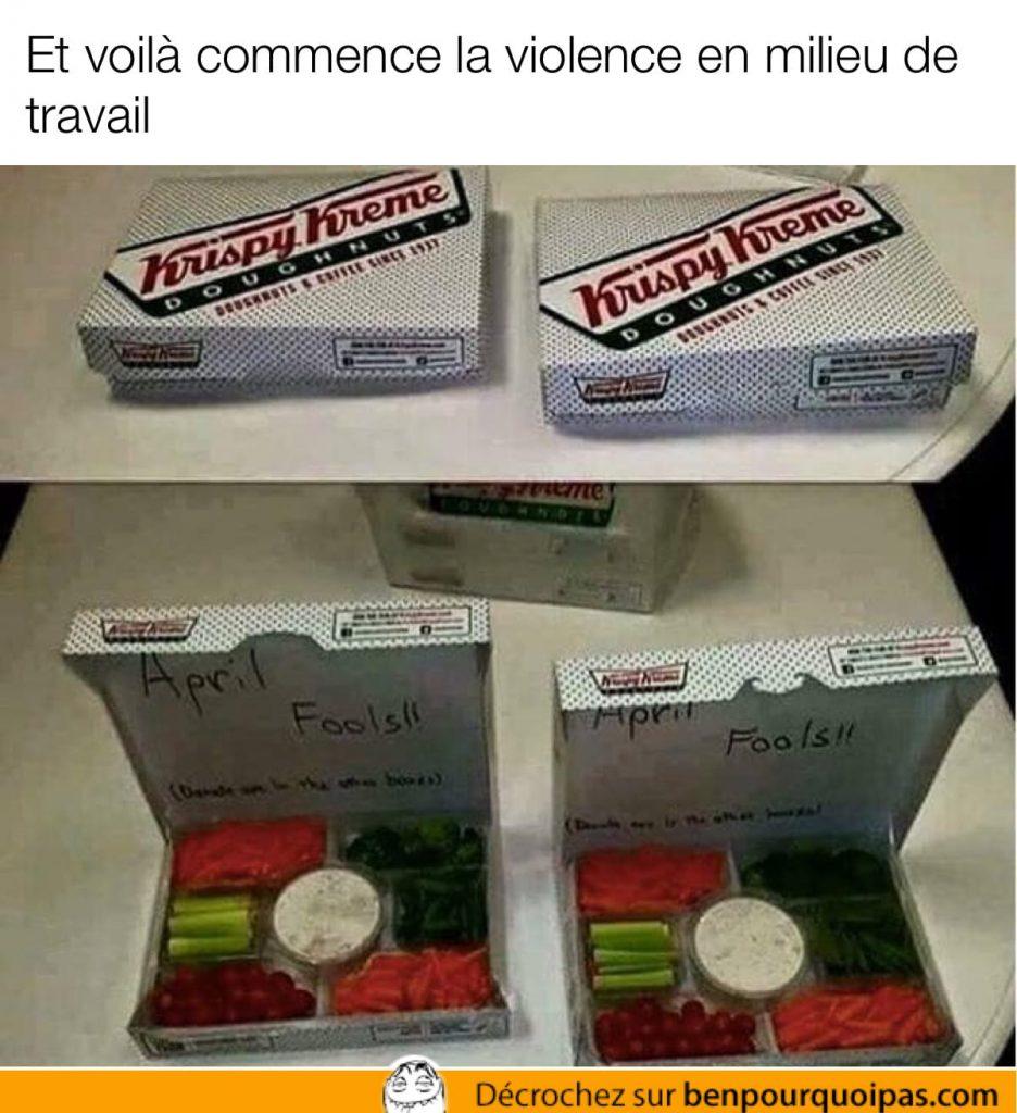 Une boîte de beignes Krispy Kreme qui contient des légumes coupés et de la trempette