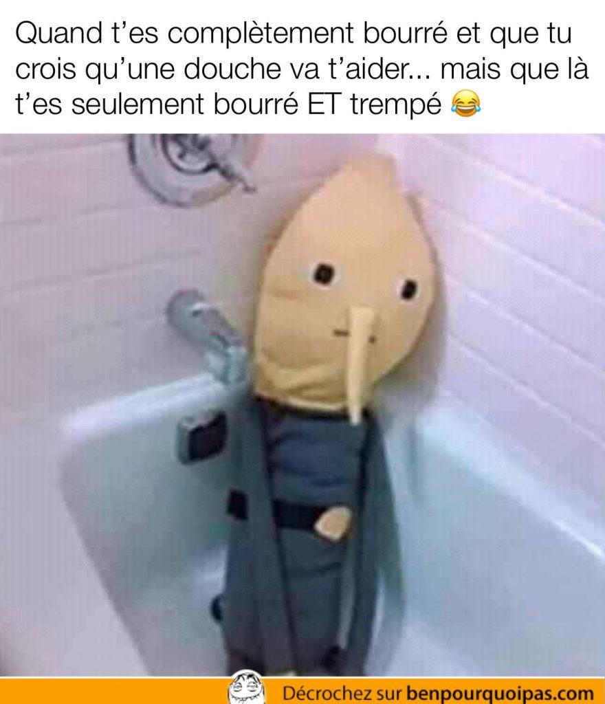 une peluche dans la douche triste