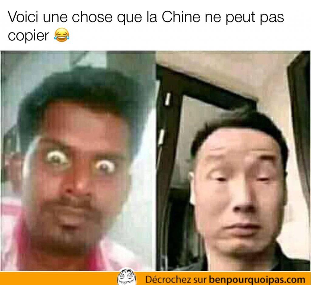 un indien ouvre ses yeux grand et un chinois tente de faire la même chose