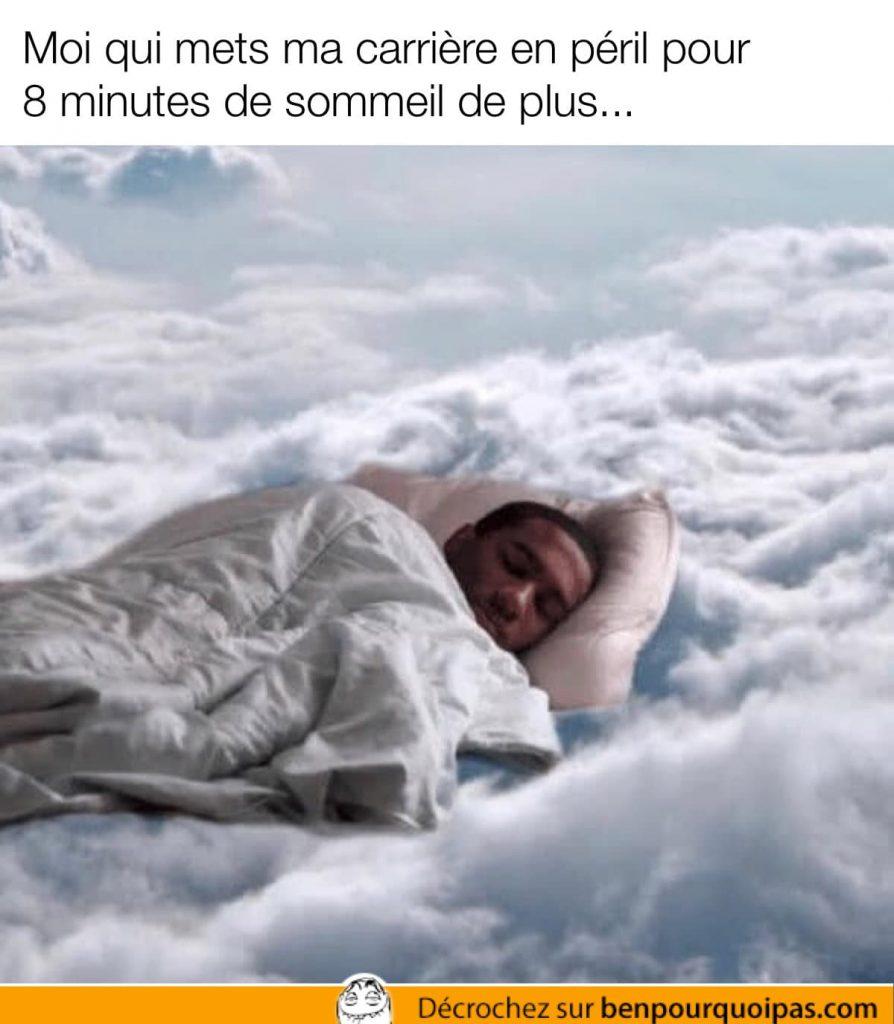 un gars couché dans les nuages