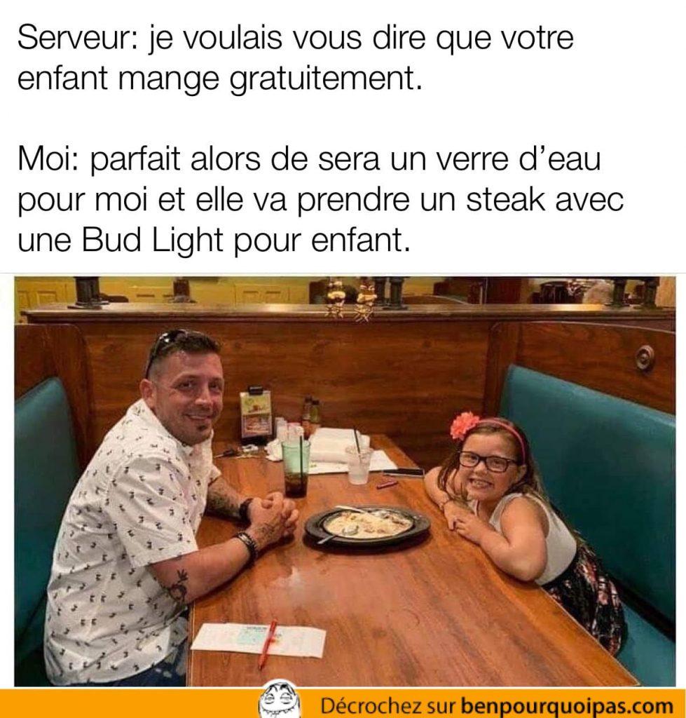 un père et sa fille sont assis au restaurent