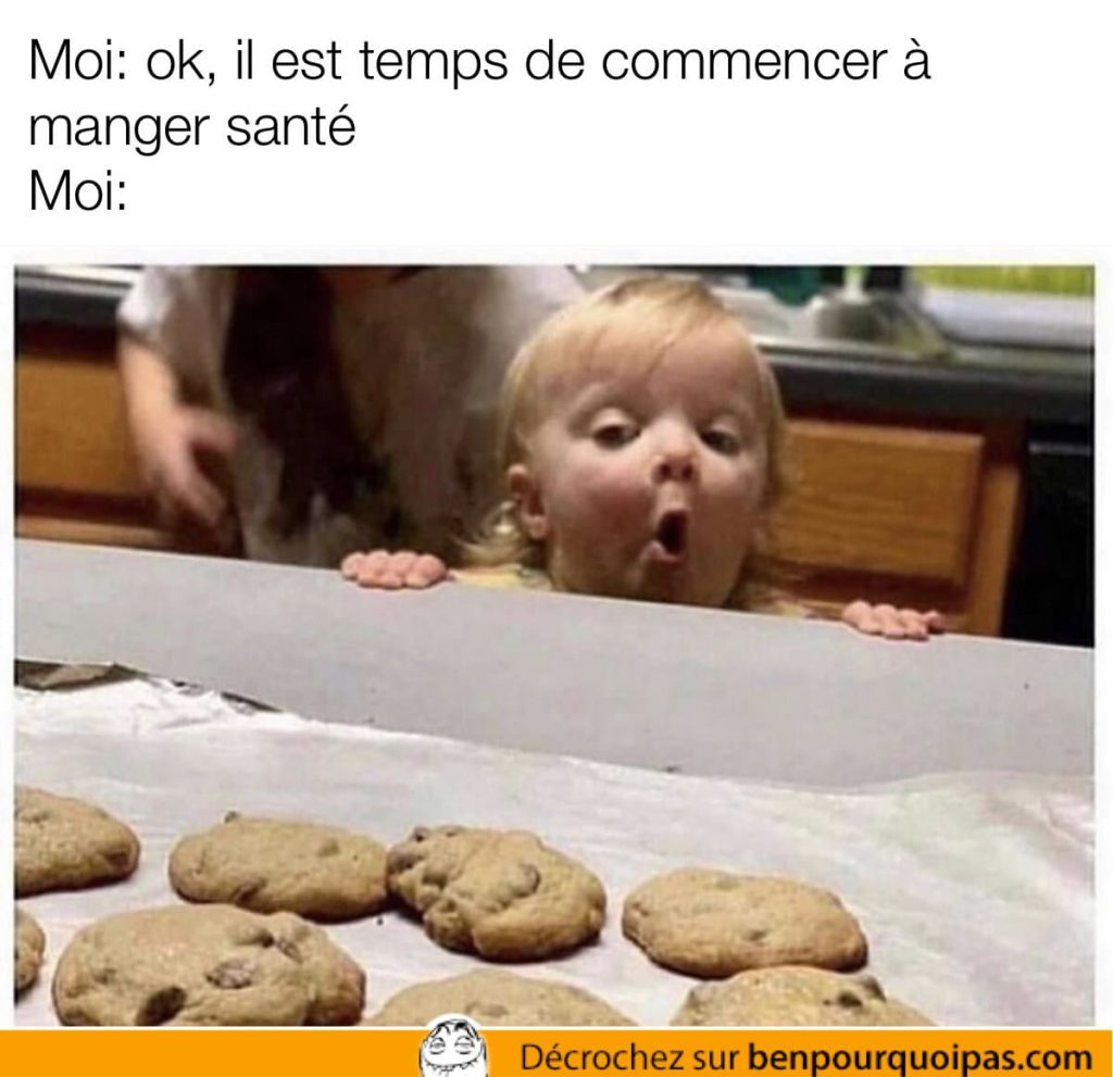 un enfant regarde un plateau de biscuits avec une expression heureuse