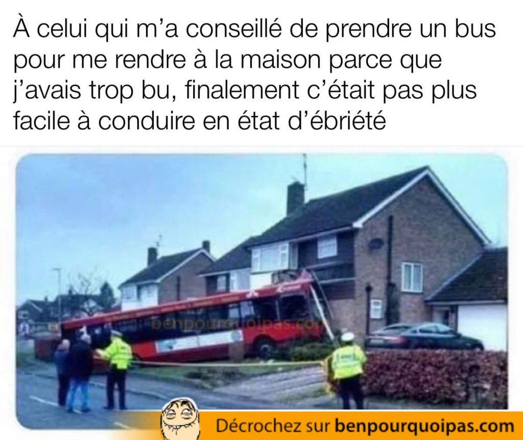 un bus a foncé dans dans une maison