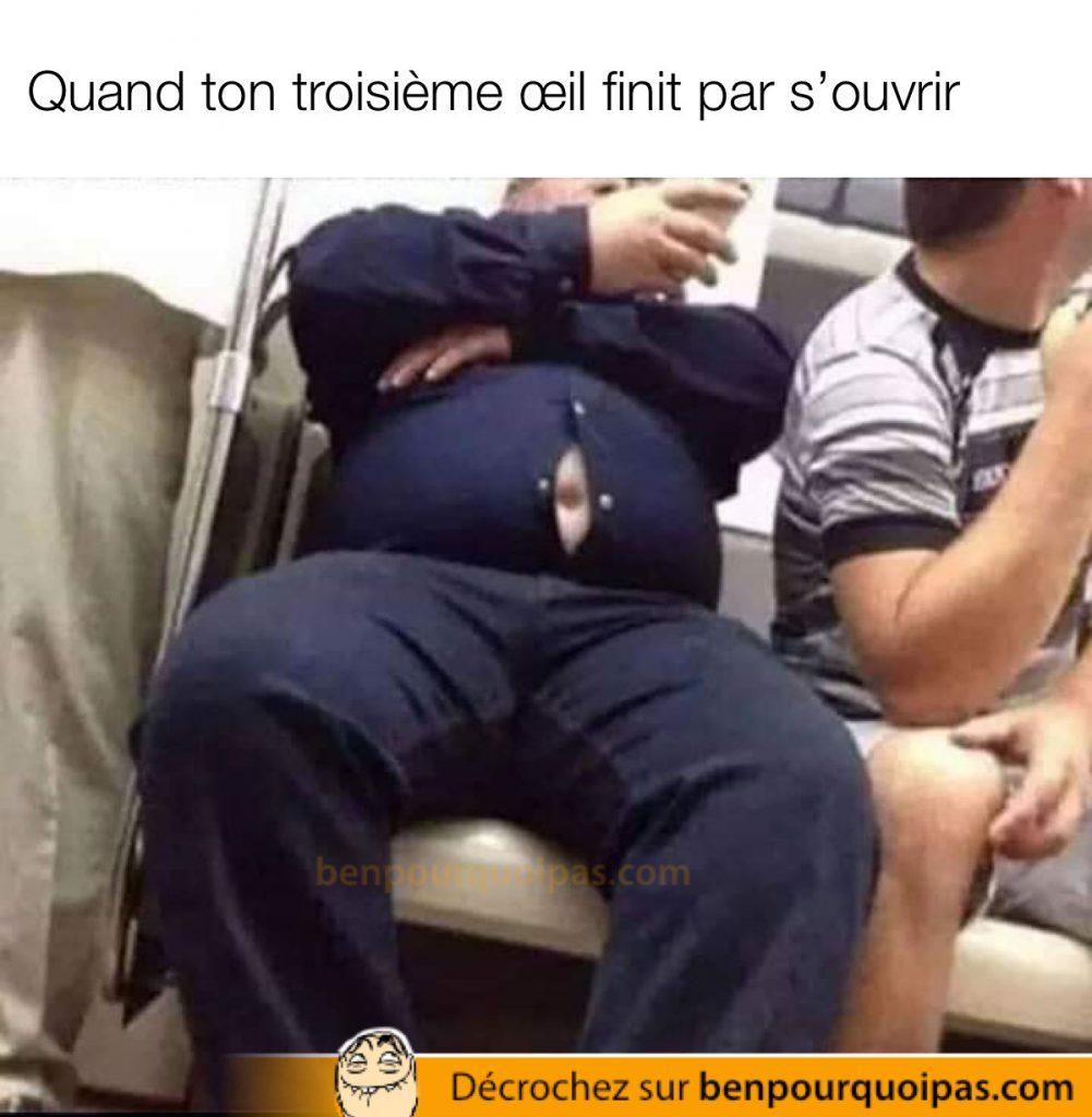 un gars dans le bus affiche son nombril bouton de chemise ouvert