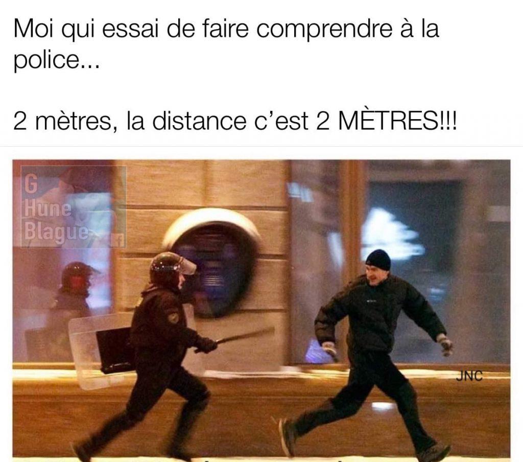 Moi qui tente de faire comprendre au policier de garder une distance de 2 mètres selon la directive du gouvernement coronavirus