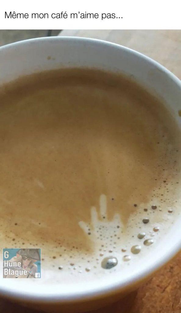 Quand ton café t'annonce une journée de merde. Il te fait un doigt d'honneur