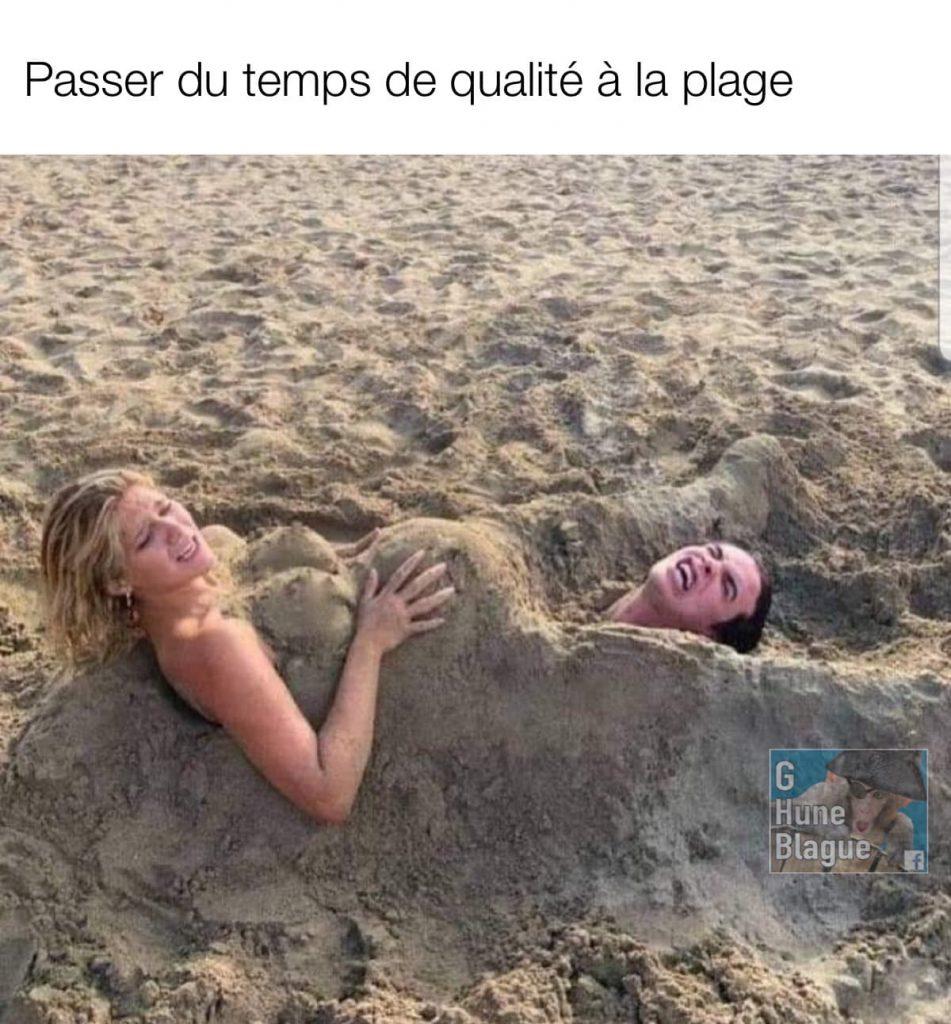 S'amuser en couple à la plage. Elle simule un accouchement dans le sable pour faire naitre son copain