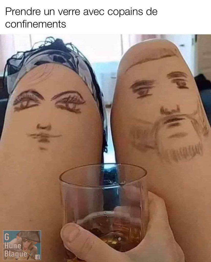 Prendre un verre avec mes copains de confinement. elle dessine des visage sur ses cuisses
