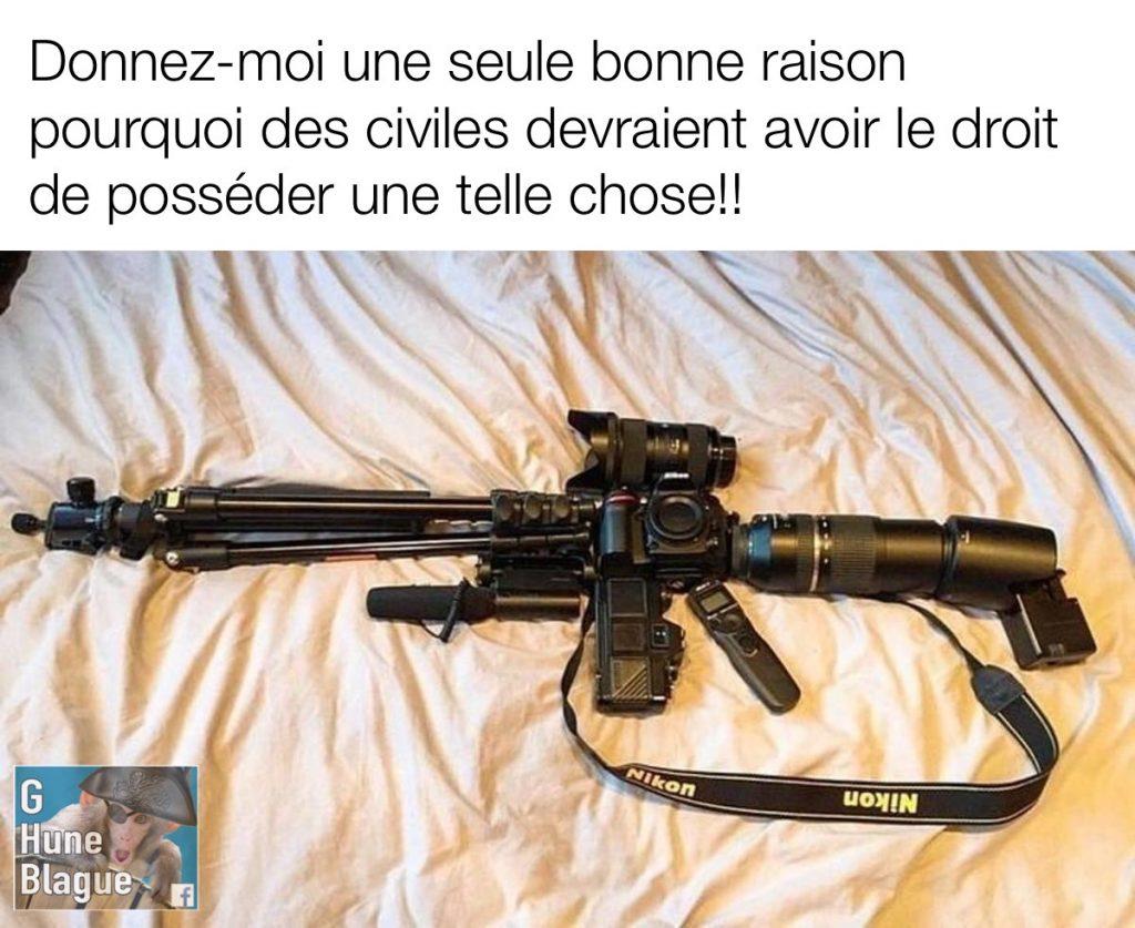 de l'équipement photographique placé de façon à avoir la forme d'un fusils d'assault - humour et blagues