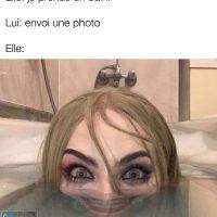 Quand la fille prends un bain et que le gars lui demande d'envoyer une photo