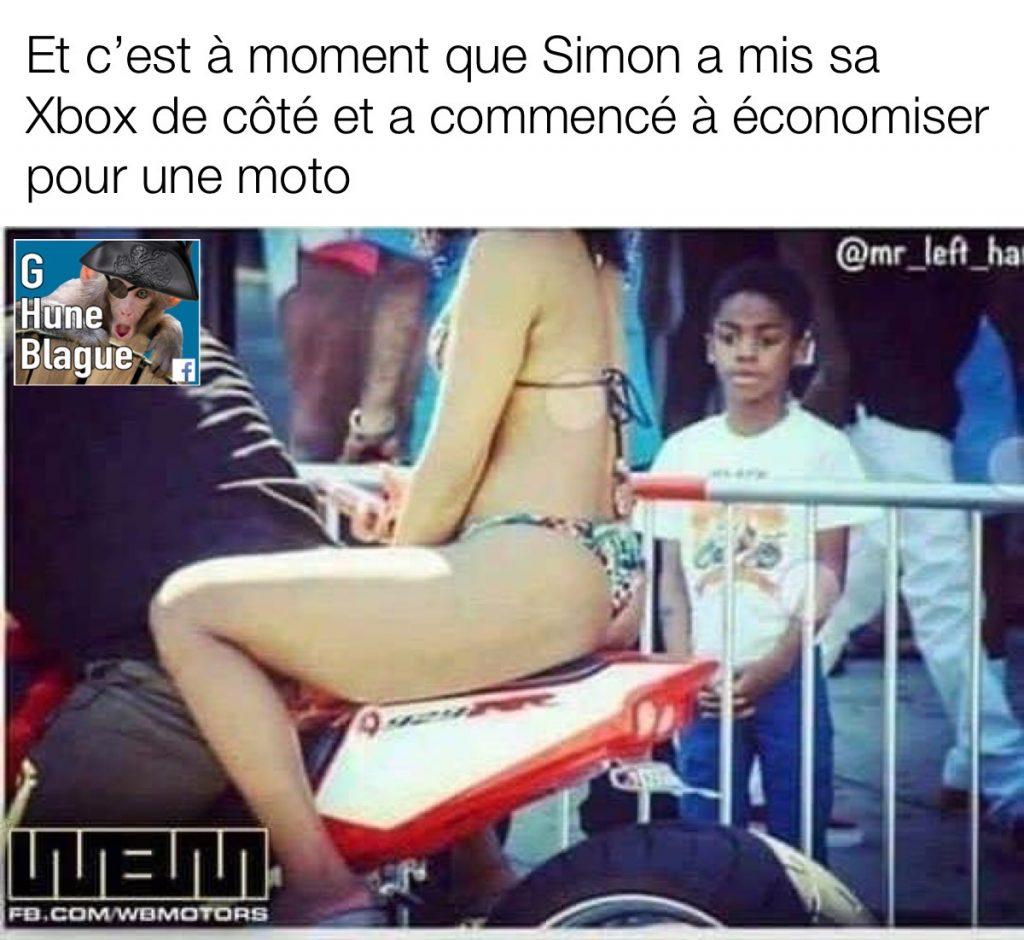 Quand les priorités changent pour le petit Simon. Il voit une belle fille sur une moto alors il économise pour s'en acheter une | humour et blague en français